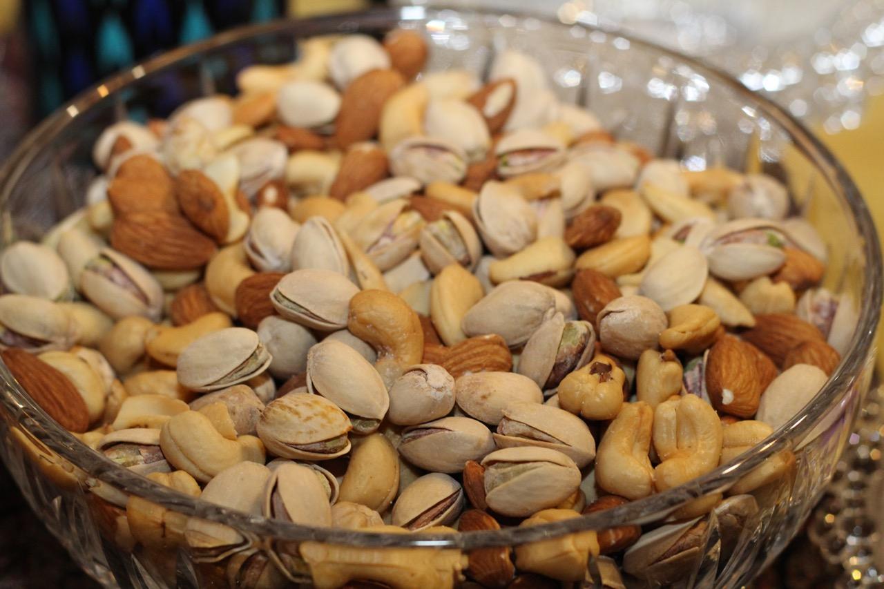Орехи. Если вы страдаете от депрессии, то орехи помогут вам от нее избавиться. Ведь в них содержатся жирные кислоты. Находящийся в них селен значительно улучшает состояние духа.