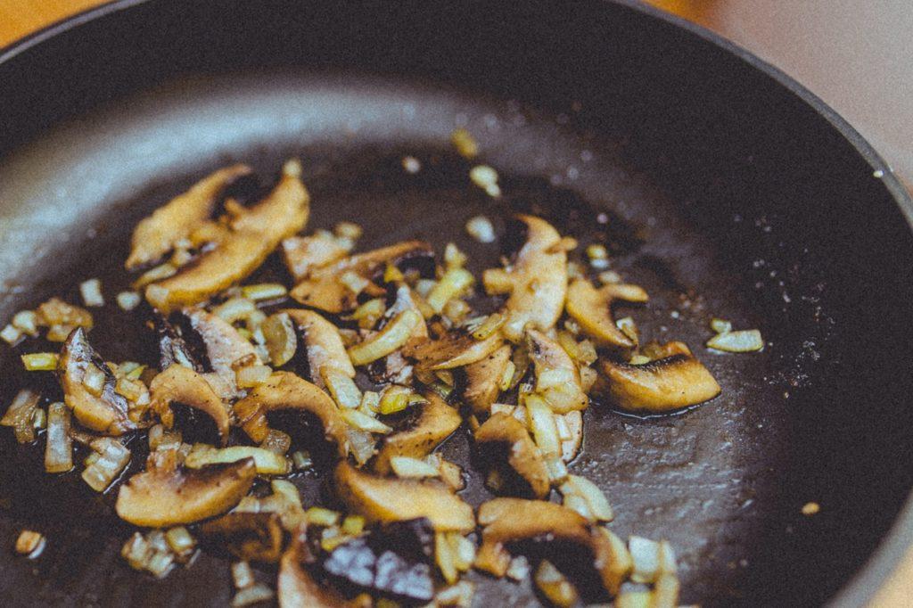 Жареные продукты. Поджаренная любая еда на сковородке в своем составе содержит трансжиры. А это, как правило, повышенный уровень холестерина и хуже всего накопление в организме канцерогенов, что в дальнейшем повлияет на снижение либидо. Жареная картошка и отбивные должны как можно реже присутствовать в рационе питания и стараться не злоупотреблять ими.