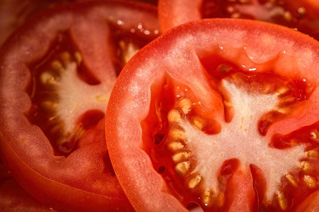 Ликопен Этот красный краситель, а по совместительству - «растительный» представитель группы каротиноидов, уменьшает вероятность сердечных недугов - инфаркта миокарда и ИБС.