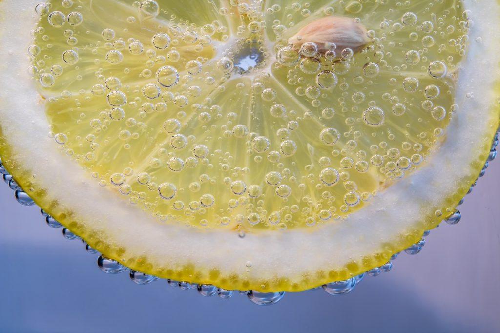 Исследования показали, что витамин С снижает уровень холестерина у пациентов с гиперхолестеринемией и нормализует артериальное давление.